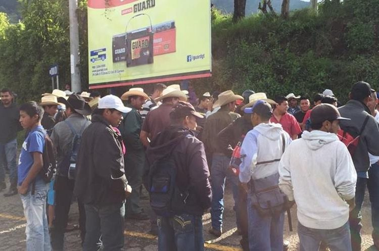 Cientos de personas se han visto afectadas por el bloqueo en la ruta que conduce de Sanarate hacia Jalapa, donde no han podido transitar ni a pie. (Foto Prensa Libre: Hugo Oliva)