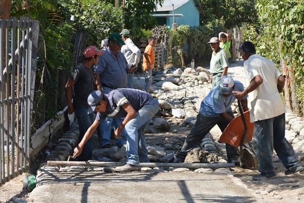 <p>Pobladores reparan tramo de calle del caserío Los Tanques, Río Hondo, Zacapa. (Foto Prensa Libre: Víctor Gómez) <br></p>