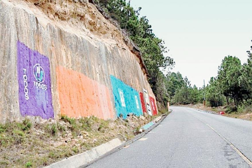 Paredones de  la ruta a Santa María Chiquimula, Totonicapán, han sido pintarrajeados por distintas organizaciones políticas. (Foto Hemeroteca PL)