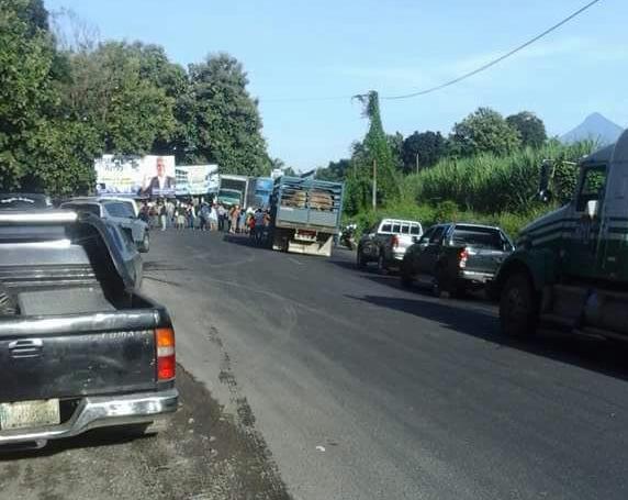 Los bloqueos causaron largas filas de vehículos en  el km 144 de la ruta CA2 Occidente, entrada a San José el Ídolo. (Foto Prensa Libre: Cristian Soto)