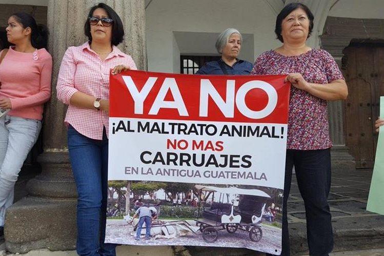 Algunos de los inconformes que se manifiestan en la Antigua Guatemala. (Foto Prensa Libre: Julio Sicán).