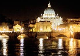 Una vista de la Basílica de San Pedro en el Vaticano, en el fondo, con las aguas del río Tíber, en Roma. (Foto Prensa Libre:AFP).
