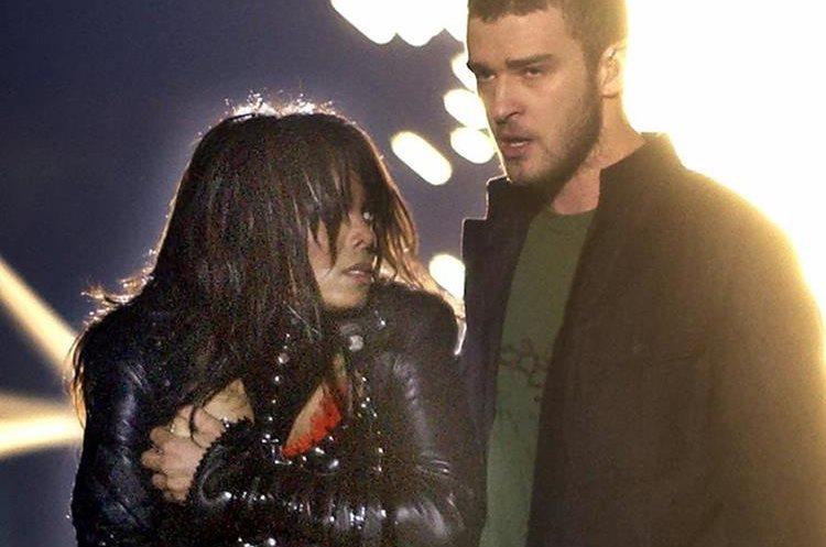 """Justin Timberlake y Janet Jackson durante la presentación del 1 de febrero de 2004. Un """"fallo de vestuario"""" dejó expuesto un seno de Jackson (Foto Prensa Libre: AP)."""