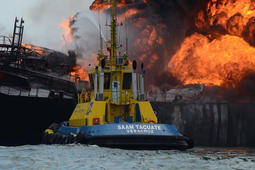 El incendio no provocó muertos o heridos, aunque se teme derrame de combustibles. (Foto Prensa Libre: EFE).
