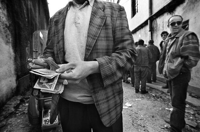 El multipremiado fotógrafo Francecso Cito retrata una perspectiva de Albania tras la caída del comunismo en la década de 1990 y cómo la delincuencia tienta a un país en la pobreza. Un hombre cuenta dinero en efectivo en Shkoder, una ciudad en el noroeste de este país. FRANCECSO CITO