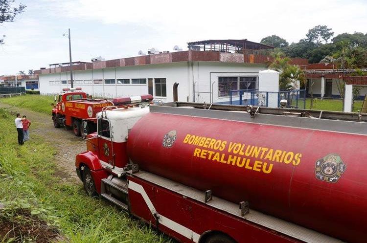 Bomberos Voluntarios proporcionaron agua mientras eran reparadas las tuberías.(Prensa Libre: Rolando Miranda)