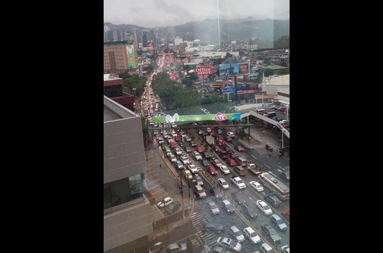 Así luce el bulevar Los Próceres, zona 10. (Foto Prensa Libre: @KEP32).