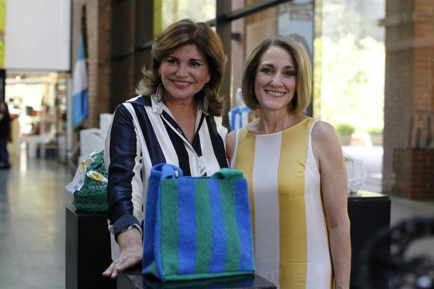 La diseñadora Francesca Miranda y la artista visual Katia Miranda se unen en el evento Entre líneas…la era del plástico. (Foto Prensa Libre: Paulo Raquec)