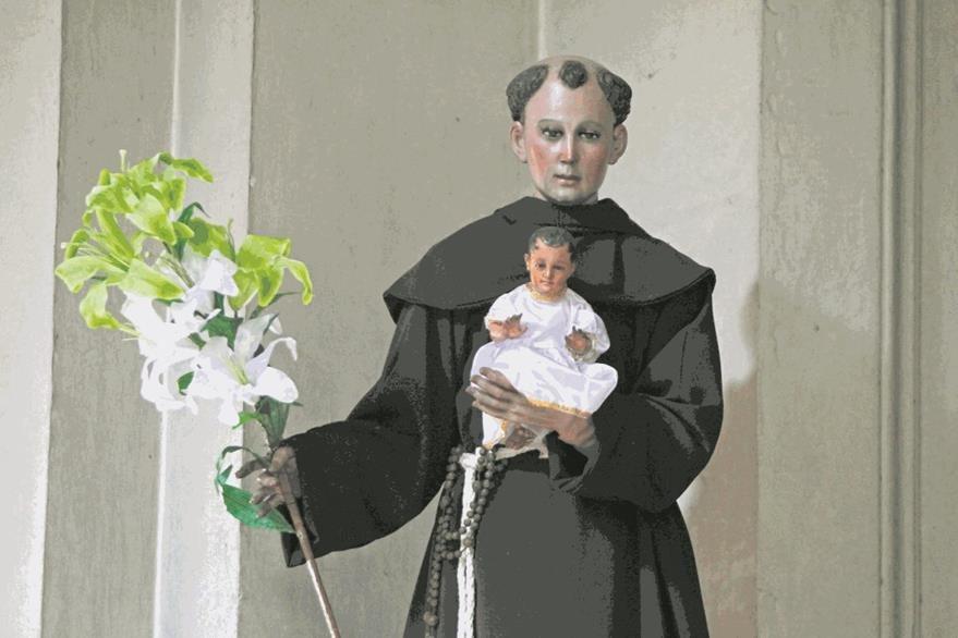 Fieles Católicos le llevan flores en el altar de la Iglesia La Merced a San Judas Tadeo en su día. San Antonio de Padua  Fotografía: Paulo Raquec