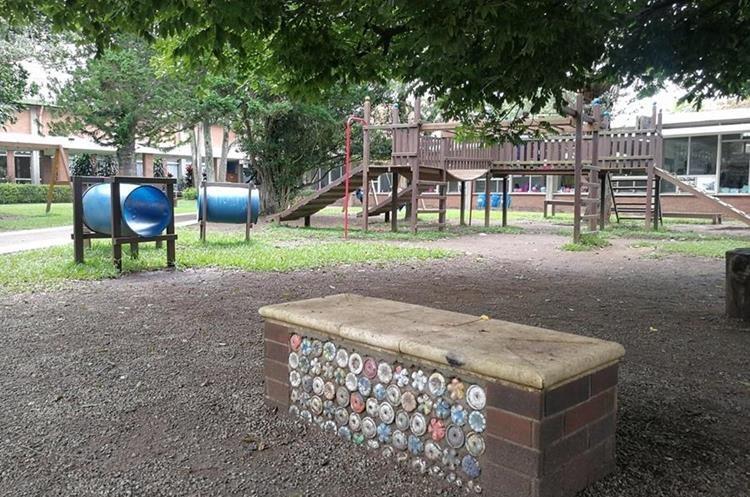 En el colegio La Asunción implementan proyectos de ecoladrillos.
