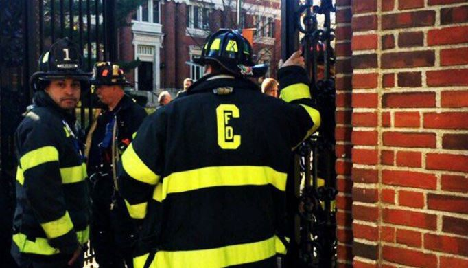 Cuerpo de socorro en las instalaciones de Harvard. (Foto: Twitter).
