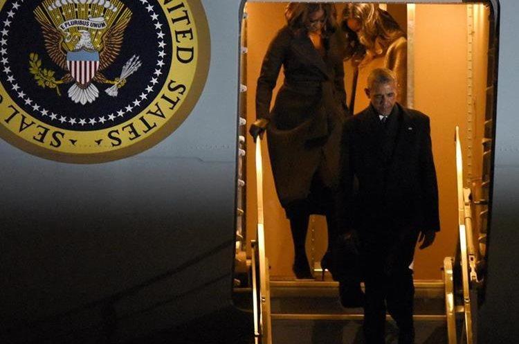 Obama y su esposa Michelle llegan a Chicago para su último discurso.