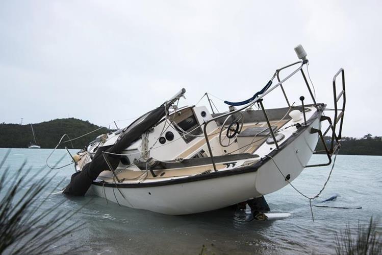 El huracán Nicole se aleja de las Bermudas sin causar víctimas mortales. (Foto Prensa Libre: AP).