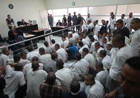 Internos de Las Gaviotas que se amotinaron son escuchados en el juzgado de turno este martes. (Foto Prensa Libre: Érick Ávila).