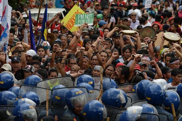 Policías antidisturbios vigilan una manifestación en Manila,Filipinas.