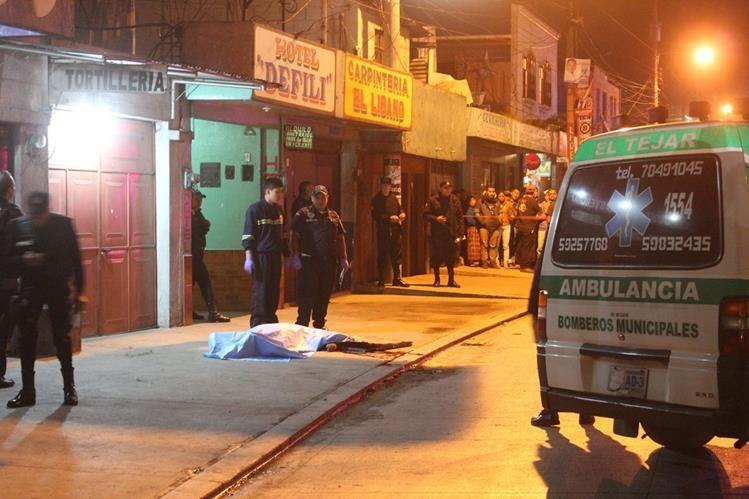 Bomberos llegaron al lugar del ataque, pero el hombre ya había muerto. (Foto Prensa Libre: Víctor Chamalé)