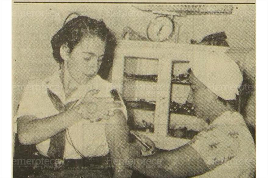 Milagro de León es inyectada por Escolina  de Velásquez,  candidata  a Mujer del Año  (Foto: Hemeroteca PL)