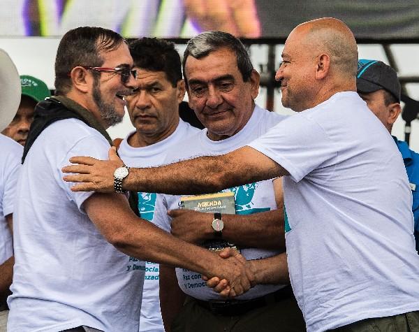 Rodrigo Londoño, alias Timoleón Jiménez, (2-i), es recibido por Carlos Antonio Lozada, y Mauricio Jaramillo. (AP).