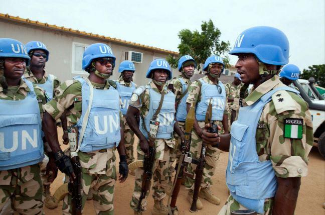 Un grupo de cascos azules nigerianos recibe instrucciones. (Foto: taringa.net).