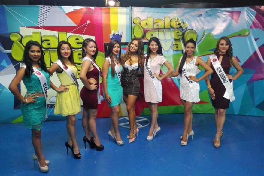 Jennifer Folgar -primera- quien quedó fuera de, certamen Miss Teen, junto a compañeras. (Foto Prensa Libre: Colaboración)