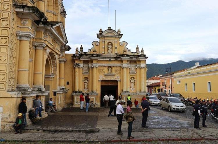 Otro grupo de vendedoras fueron desalojadas del atrio del templo de San Pedro. (Foto Prensa Libre: Julio Sicán)