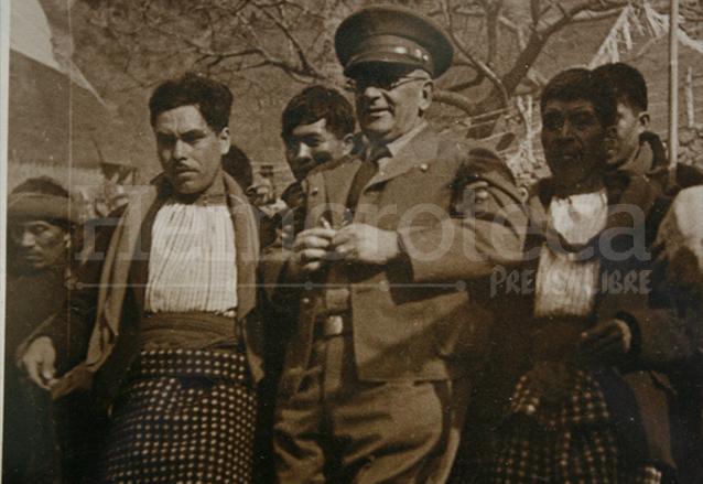 El general Ubico gustaba de compartir con la gente en sus giras por el interior del país. (Foto: Hemeroteca PL)