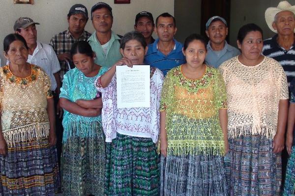 Grupo de campesinos que llegó a la PDH para denunciar amenzas por parte de empresario.