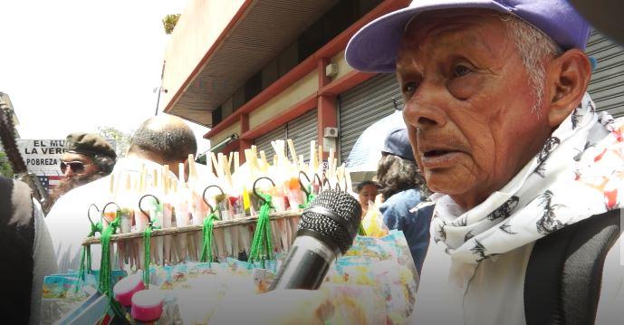 Manuel Chud, de 72 años, lleva décadas vendiendo dulces en cada Huelga de Dolores. (Foto Prensa Libre: Beatriz Tercero)
