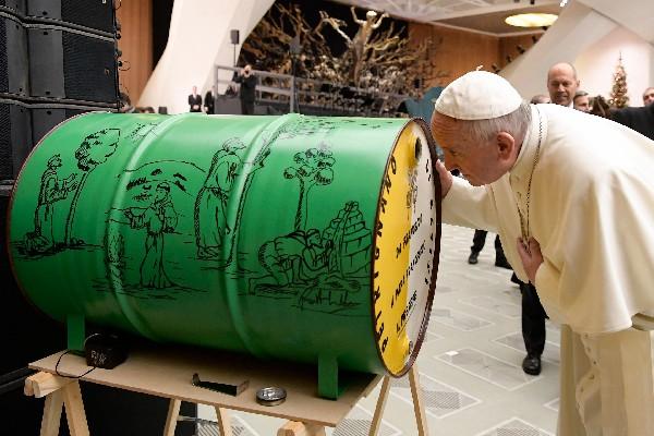 El Papa mira dentro de un barril donde se creó un belén, que le fue regalado.(AP).