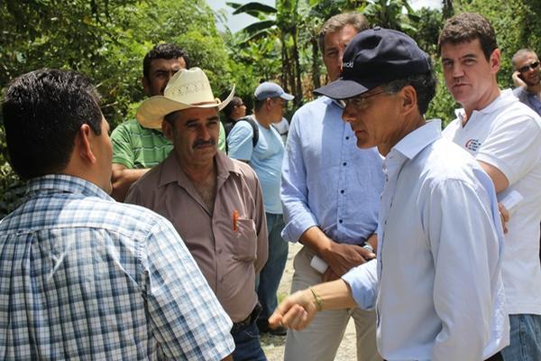 <p>El embajador Manuel Lejarreta Lobo fue a Chiquimula para conocer los proyectos que ha financiado la AECID. (Foto Prensa Libre: Edwin Paxtor)<br></p>
