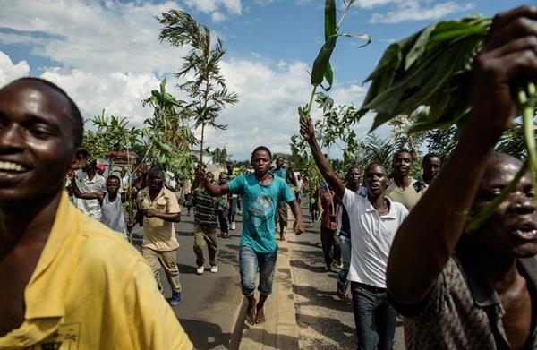 Personas salen a las calles de Burundi a celebrar un posible derrocamiento del presidente Nkurunziza. (Foto Prensa Libre. AFP).
