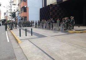 Militares rodean el Ministerio Público venezolano. (Foto Prensa Libre: Tomada del Twitter de Luis Ortega Díaz)