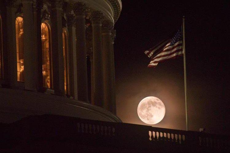 La luna llena resplandece detras del Capitolio en Washington, EE. UU. (Foto Prensa Libre: AFP).