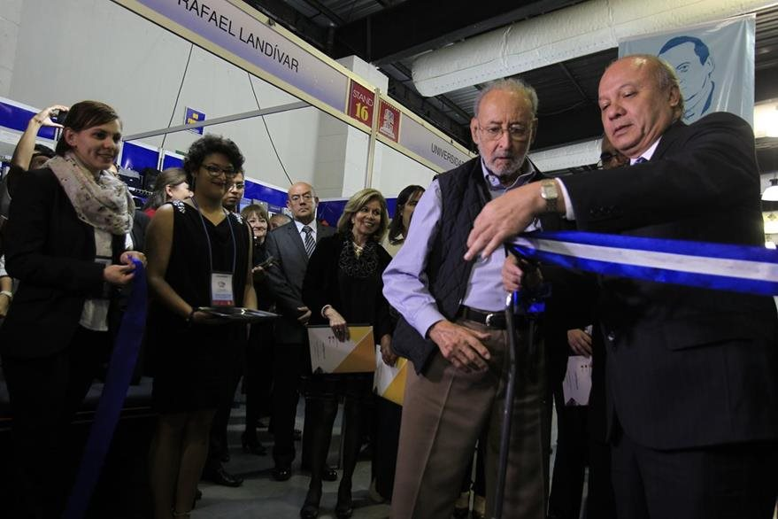 El corte de la cinta lo hizo el homenajeado  Edelberto Torres Rivas y el ministro de Cultura y Deportes Jose Luis Chea.  (Foto Prensa Libre: Edwin Berci‡án)