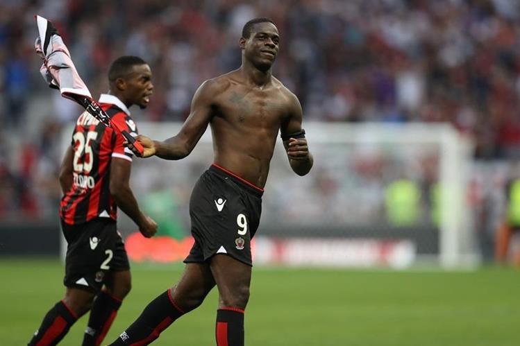 EL italiano Mario Balotelli celebra el gol de la victoria que marcó para el Niza contra el Lorient el fin de semana. (Foto Prensa Libre: AFP)