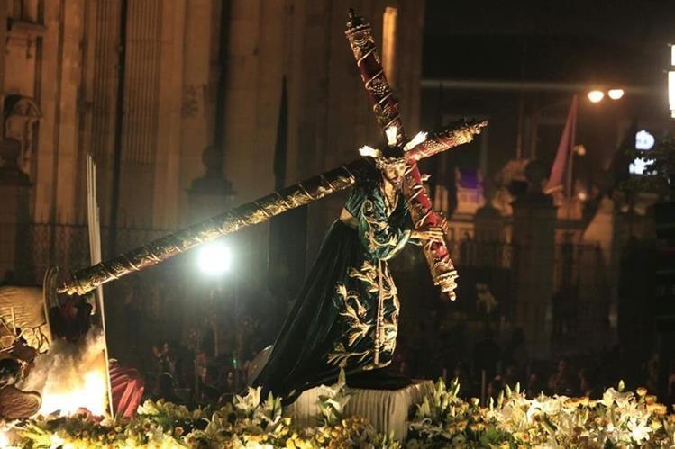 Procesión de Jesús de las Tres Potencias salió de las 18.30 horas de este viernes de la catedral Metropolitana. (Foto Prensa Libre: Carlos Hernández).