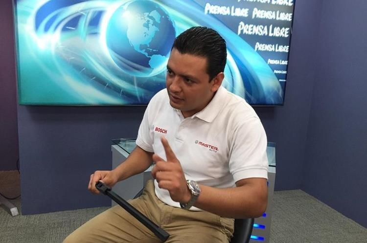Santiago Rivera, técnico de Master Auto Bosch, durante El Consultorio, programa en línea de Prensa Libre. (Foto Prensa Libre: Hemeroteca PL).