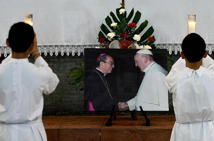 Iglesia salvadoreña se prepara para celebrar el nombramiento de Gregorio Rosa Chávez. (Foto Prensa Libre: AFP)