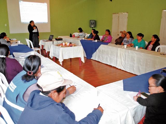 Representante de la Asociación Política de Mujeres Mayas Moloj presenta resultados de auditoría social efectuada en el Hospital Nacional de Chimaltenango. (Foto Prensa Libre: José Rosales).
