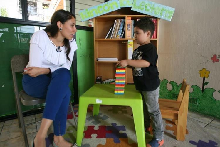 Centros como la Fundación Pediátrica Guatemalteca atienden a niños con autismo. (Foto Prensa Libre, Brenda Martínez)