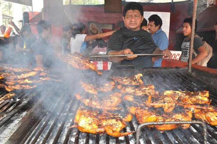 Limón, naranja y piña son los ingredientes de las fórmulas que utiliza Luis Trujillo en sus asados. (Foto Prensa Libre: Édgar Girón)