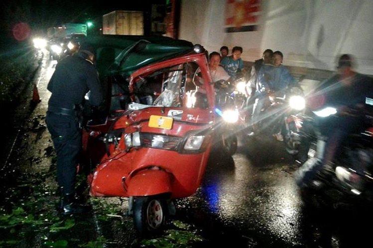 Mototaxi queda destruido luego de accidente de tránsito en Mazatenango. (Foto Presa Libre: Melvin Popá)