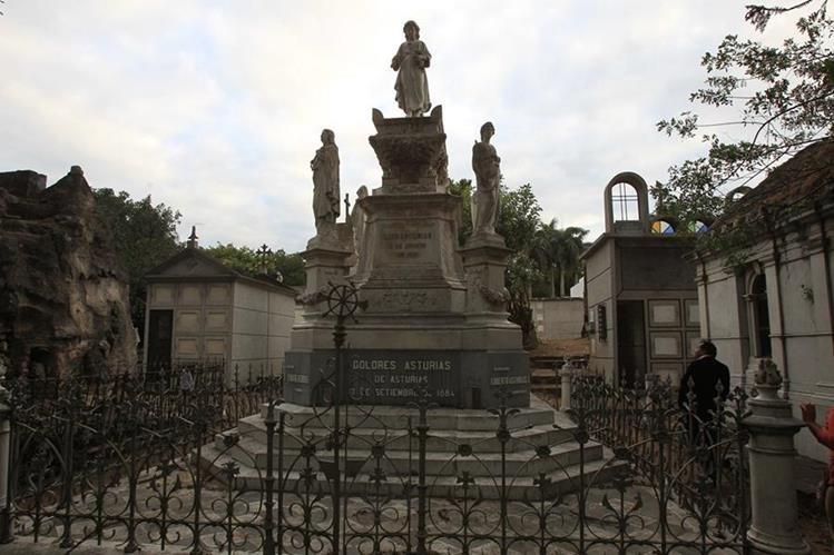 Luis Asturias Pavón mandó a construir este panteón artístico, en honor de su esposa, Dolores Asturias de Asturias. (Foto Prensa Libre: Esbín García)