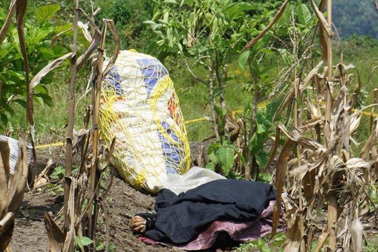 Desconocidos asesinaron a balazos al líder comunitario Gaspar Chiyal Ajuchan, de 55 años, en una zona boscosa del cantón Panabaj, Santiago Atitlán, Sololá. (Foto Prensa Libre: Ángel Julajuj)