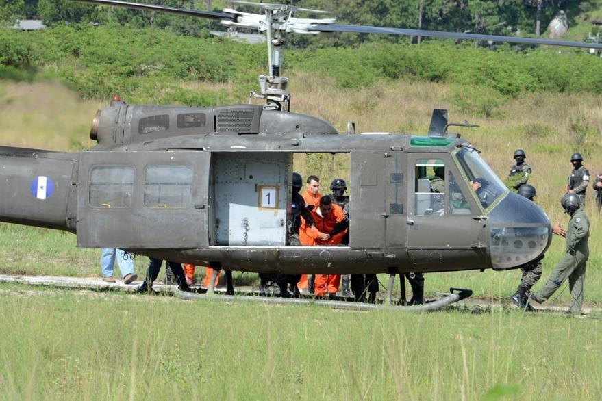 Debido a su alta peligrosidad, los reos tuvieron que ser trasladados en helicóptero. (Foto Prensa Libre: AFP).