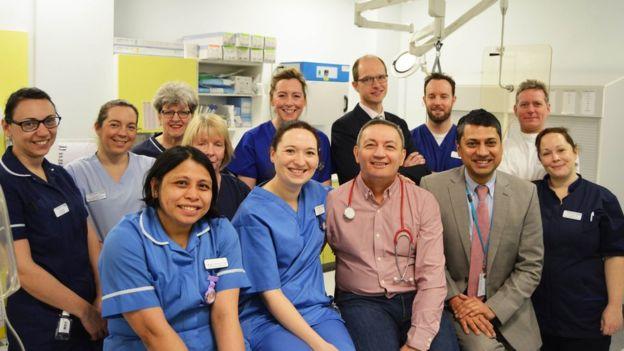 Ray Woodhall (en el centro en la fila de delante) regresó al hospital para agradecer al equipo médico que le salvó la vida. (WORCESTERSHIRE ROYAL HOSPITAL)