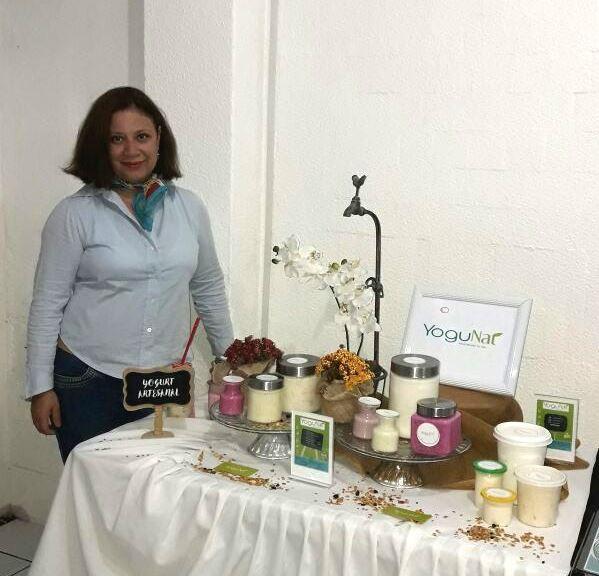 La emprendedora Karen Peralta de García, licenciada en Recursos Humanos, presenta su proyecto Yogurnat. (Foto Prensa Libre: cortesía)
