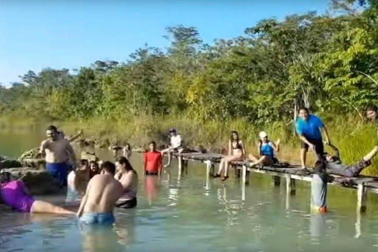 Visitantes de la Laguna de Lachuá, en Cobán, participan en un Mannequin Challenge. (Foto Prensa Libre: Cortesía)