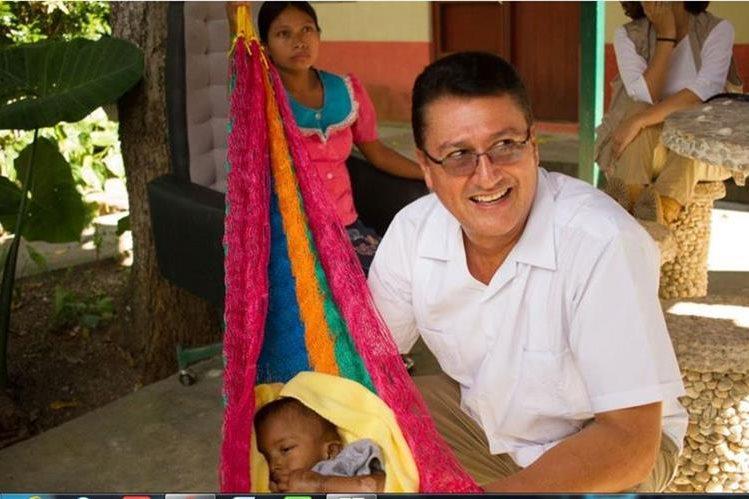 El médico Carlos Arriola en el Centro de Recuperación de Jocotán, Chiquimula (Foto: Pilar Almenar, El País)