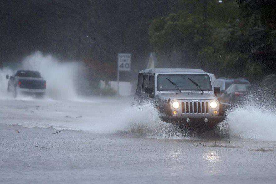 Las calles de Florida lucen inundadas por la lluvia ocasionada por el huracán Matthew. (Foto Prensa Libre: AP).